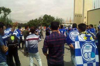 حضور هواداران استقلال ساعت ها قبل از شروع مسابقه